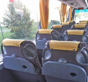 A busz belseje - hátulról fényképezve